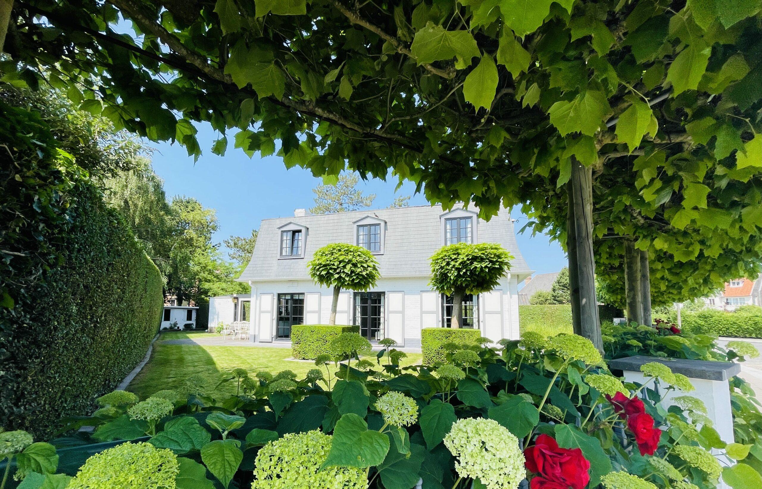 Villa met tuin in residentiële wijk
